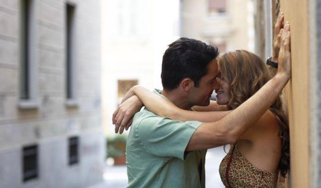 egy srác erekciója csók közben)